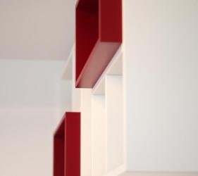 libreria laccata bianca con cubi rossi